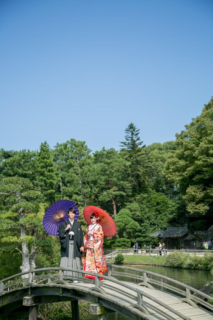 岡山倉敷で前撮り別撮りならNEMURAFILMS後楽園和装前撮り和傘紫赤青空で橋の上