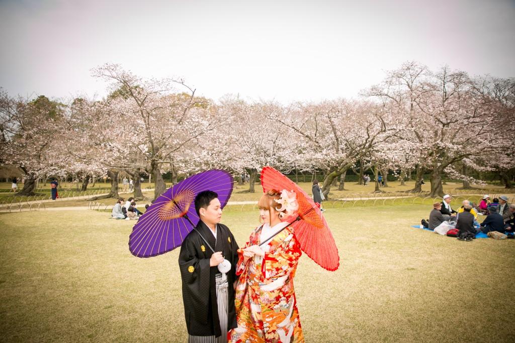 岡山倉敷で前撮り別撮りならNEMURAFILMS後楽園和装前撮り和傘見つめあいでも少し硬いかな