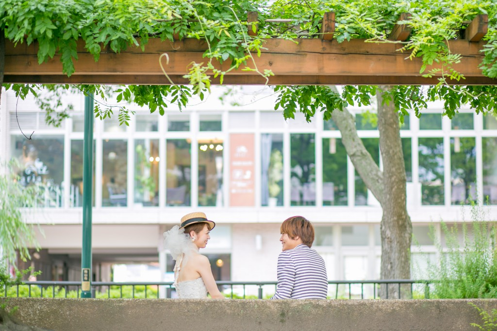 定番ポーズ岡山後楽園洋装前撮り編座って見つめ合い2016/08/21