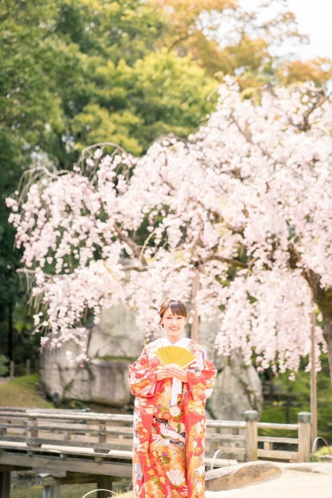 岡山後楽園・倉敷美観地区での桜前撮り 岡山後楽園・倉敷美観地区での桜前撮りの受付を開始いたしました!! 大人気のシーズンで、昨年、一昨年と1月下旬には、かなりのお日にちがご予約完売いたしました。 桜シーズンの前撮りをご検討中の新郎新婦様はお早めにお問い合わせください。 岡山市内・倉敷市内出張料金無料です。 ※土日祝日は休日料金として15,000円(税別)かかります。その他追加料金が発生することはございません。 ※各キャンペーン時期は、桜の開花や紅葉が色づく時期とは関係ございませんのでご注意ください。 岡山県の桜開花時期 岡山県の桜は、平年は3月29日、満開は4月6日と言われています。 2018年 開花の日は3月25日で、平年より4日早く、満開の日は3月28日で、平年より9日早かったです。 2017年 4月1日 2016年 3月26日 2015年 3月28日 岡山後楽園は、岡山市街の他の公園と比較してもやや遅いです!! 2019年のお写真 それでは、2019年の実際の 3月28日 この頃から後楽園の桜は写真に残る程度、開花いたしました。 毎年、園内より、園外の桜の方が、早く咲きます。 3月30日 3月31日 この日から園内の桜が写真に残る程度に咲き始めました。 4月1日 後楽園外の桜は満開に近いですね! 4月2日 園内の桜もだいぶ満開に近くなってまいりましたが、まだ6〜7分咲きといった程度でしょうか。 それでも綺麗ですね! 4月4日 後楽園内もモリモリになってきました! 後楽園の外の桜も満開に近いですね!! 4月6日 後楽園の内外で、もっとも遅く咲く桜、醍醐桜です! こちらの桜、昨年は、4月6日から17日まで咲いていました! 信じられないほど、遅くまで咲いている桜が後楽園にはあります!! ということで、4月7日〜17日のお写真は後編でのご紹介になります!!  岡山市内・倉敷市内出張料金無料です。 ※土日祝日は休日料金として15,000円(税別)かかります。その他追加料金が発生することはございません。 2019年11月9日〜12月15日の期間に撮影いただきましたお客様限定で、岡山後楽園での和装1点プランが78,000円(税別)!! 2020年1月11日〜3月15日の期間に撮影いただきましたお客様限定で、岡山後楽園での和装1点プランが78,000円(税別)!! 2020年3月19日〜4月19日の期間に撮影いただきましたお客様限定で、岡山後楽園での和装1点プランが78,000円(税別)!! ※各キャンペーンは早期受付期間が終了し次第、価格が変更になる場合がございます。 紅葉前撮りキャンペーンの受付を開始いたしました! 2020年新春キャンペーン前撮りキャンペーンの受付を開始いたしました! 2020年桜前撮りキャンペーンの受付を開始いたしました! 足袋や着物用の肌着など、お客様にご用意いただくものは一切ございません! 後楽園への撮影許可申請も弊社で行います!申請料金、新郎新婦様分の入場料金も弊社が負担させていただきます。 事前のご来店も不要!こちらより衣装を3着お選びいただきまして、撮影当日にご試着いただいて撮影に使用する衣装をお決めいただく流れとなっております。(打掛は全てフリーサイズのものを新婦様の体型に合わせて着付けて行きますので、ご安心ください。) リーズナブルに、手間なく、お気軽に岡山後楽園での和装前撮りを行なって頂けます! 前撮りに必要なものが全て含まれたプランです! ロケ地の2箇所目以降の追加、アルバムなどの有料オプションをご使用になられない場合は、追加料金は一切ございません。 前撮り ご予約時間は基本的には8時45分と13時00分の2枠となっております。 こちらからスケジュールをご確認いただきまして、お問い合わせください。 全てコミコミで78000円~という低予算で、しっかりと満足いただけるクオリティーの高いウェディングフォトを、責任持ってお撮りします。 ご予約お待ちしております! 足袋や着物用の肌着など、お客様にご用意いただくものは一切ございません! 後楽園への撮影許可申請も弊社で行います!申請料金、新郎新婦様分の入場料金も弊社が負担させていただきます。 事前のご来店も不要!こちらより衣装を3着お選びいただきまして、撮影当日にご試着いただいて撮影に使用する衣装をお決めいただく流れとなっております。(打掛は全てフリーサイズのものを新婦様の体型に合わせて着付けて行きますので、ご安心ください。) リーズナブルに、手間なく、お気軽に岡山後楽園での和装前撮りを行なって頂けます! 前撮りに必要なものが全て揃って、和装1点78000円(税別)と大変お安いお得な価格でご案内させていただきます。4167